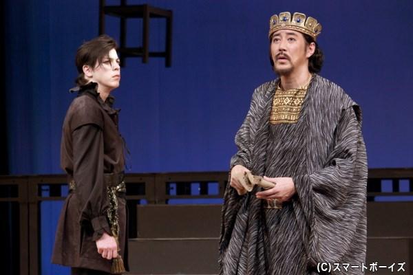クローディアス(右・水谷あつしさん)は、レアティーズにハムレットとの決闘をもちかける