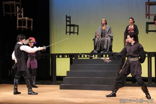 クローディアスによる謀略の中、ハムレットとレアティーズは剣の試合に挑む