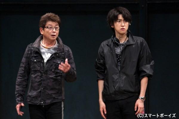 ベテラン舞台監督の加賀美(左・哀川翔さん)と、舞台監督デビューの新藤(右・相葉裕樹さん)
