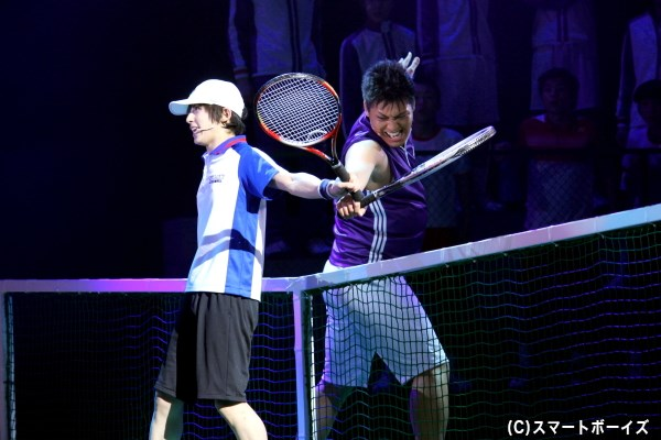 越前リョーマ(左・阿久津仁愛さん)は、一撃必殺サーブ・ビッグバンを打つ田仁志 慧(右・高田 誠さん)と対戦