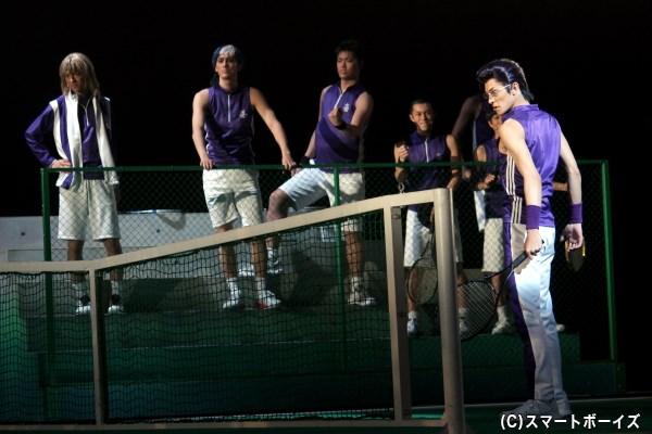 沖縄のダークホース・比嘉を率いる木手永四郎(右端・武藤賢人さん)は、手塚との対戦へ