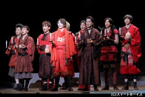 真田幸村の元、穴山小助(右から三番目・中村龍介さん)ら真田勇士たちは結束を誓い合う