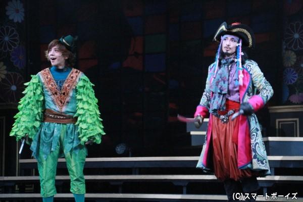 ピーターパン役の椎名鯛造さん(左)とフック船長役の唐橋充さん(右) 2人の息の合ったコンビネーションにも注目です!