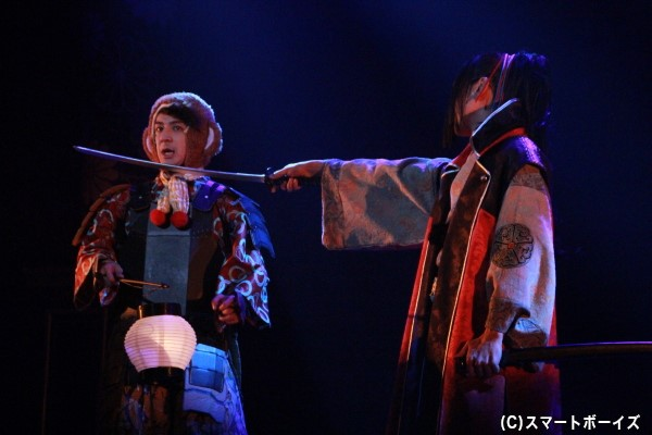織田ノブナガに刀を突き付けられる松本寛也さん演じる豊臣ヒデヨシ