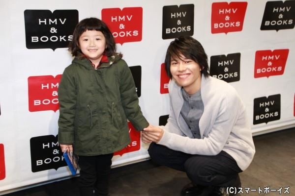 """親と一緒に足を運んだお子様の笑顔に山崎さんも""""スマイルスター""""に変身!"""