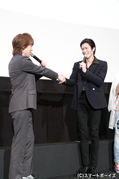 """岩永さんと貴水さんによる""""親子""""の固い握手"""