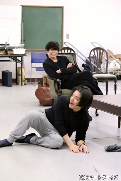 中村さん、全身を使って驚きのリアクション。ニット帽も吹き飛ぶ激しさに一同大爆笑!!