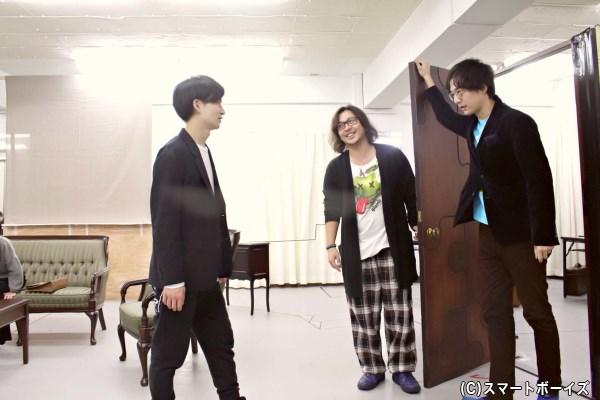 演出席に座っていたのが、いつの間にかキャストの隣に。西田さんの演出にも熱が入ります!