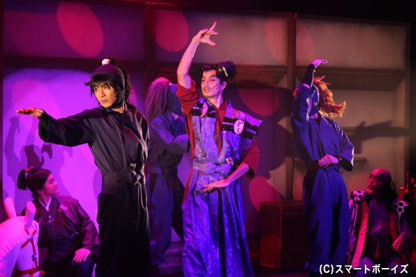 タンゴダンサーでもある木野小次郎竹高 役の進藤学さんにかかると、触る者みなダンスのお相手に!