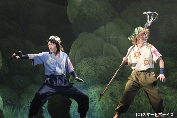 兵庫水軍の間切(渡辺貴裕/右)と網問(小田川颯依)も、陸で水中で大活躍!