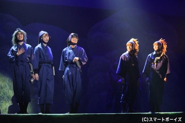 本公演で座長をつとめる吉田翔吾さん(右端)のもと、五年生が最高のチームワークで弾けます!
