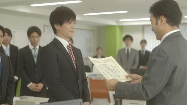 蒼木さんはスーツ姿で、主人公の健太を熱演!