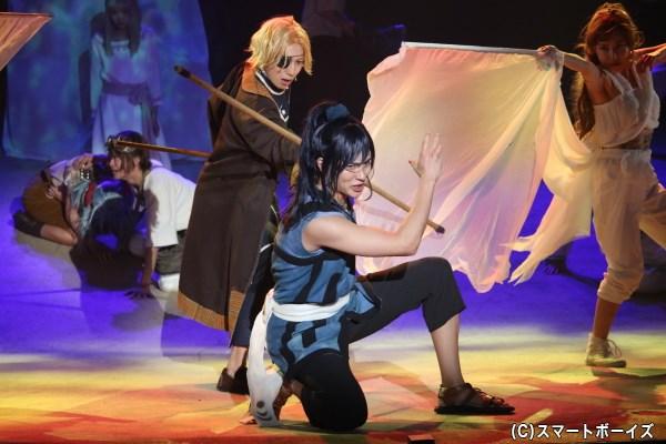 オウニは、泥クジラの自警団リーダーであるシュアン(左・有澤樟太郎さん)と対決