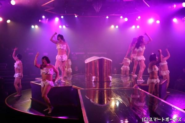客席が四方を囲むステージでは、至近距離でドキドキのショーが展開