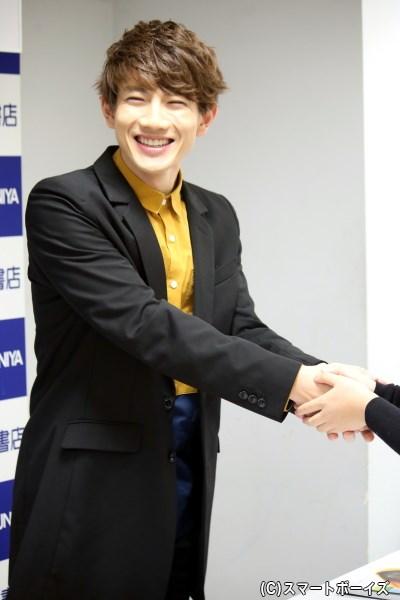 取材後には、イベントに訪れたファンの方と笑顔で握手!