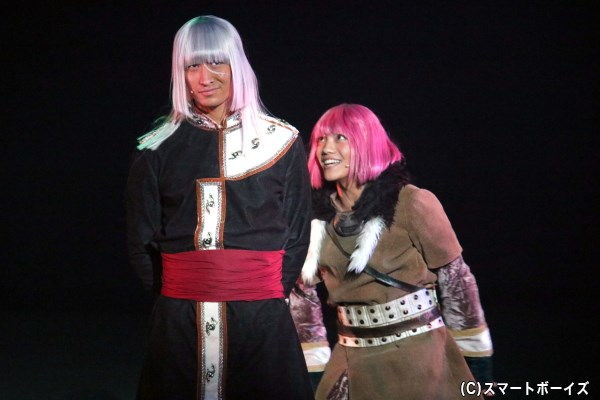 帝国軍を率いる、リコスの兄・オルカ(左・伊万里有さん)と、兵士のリョダリ(右・伊崎龍次郎さん)