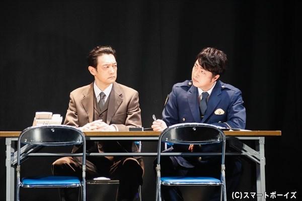 捜査一課長の山路徹夫(左:飯田基祐さん)と刑事部長の羽田智夫(右:下村青さん)は、捜査本部で事件の展開を見守る