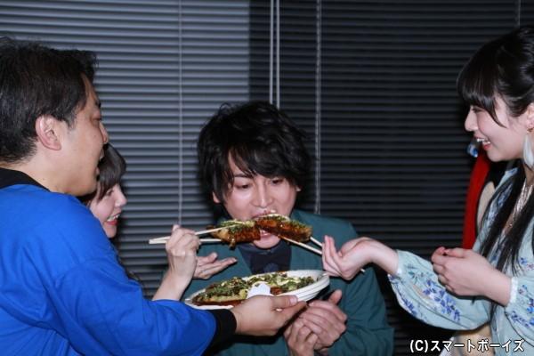 明らかに一口サイズではないお好み焼きを須藤さん&竹達さんから同時に食べさせてもらっている佐藤さん