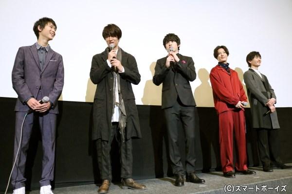 5人それぞれのジャケットファッションを披露! 塩野さんはタイトルにかけて、花の刺しゅう入りの靴を履いてきたそう