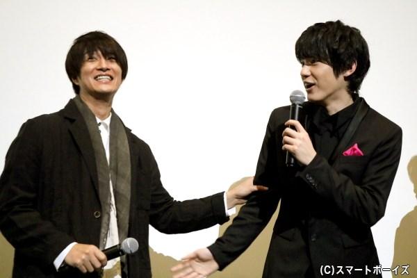 キスシーンを振り返ってのトーク中も、笑顔を交わしていた渡邉さん&天野さん