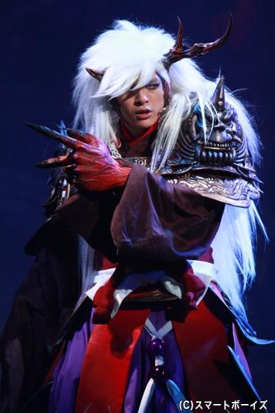 右腕が半分ない茨木童子を演じる遊馬さん。「劇中では基本的に、利き手ではない左手を使っているので、アクションもお芝居も苦戦しました」