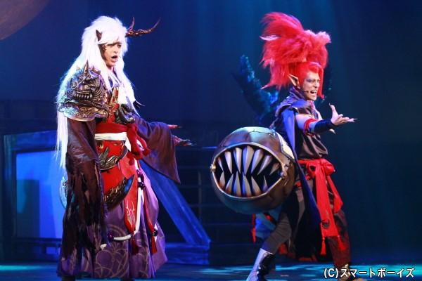 酒吞童子(右・君沢ユウキさん)に特殊な感情を抱き、固執する茨木童子(左・遊馬さん)