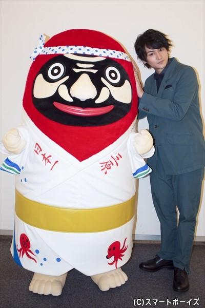 佐藤さんは自分のスマホでもうれしそうに、やっさだるマンとのツーショットを撮っていました!