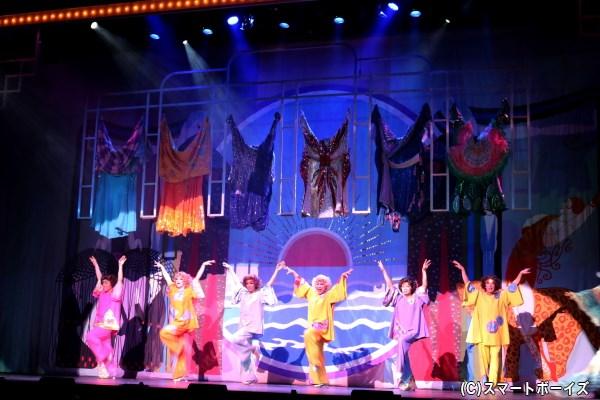 カジェル(踊り子)たちがショーを繰り広げる、ゲイクラブ「ラ・カージュ・オ・フォール」