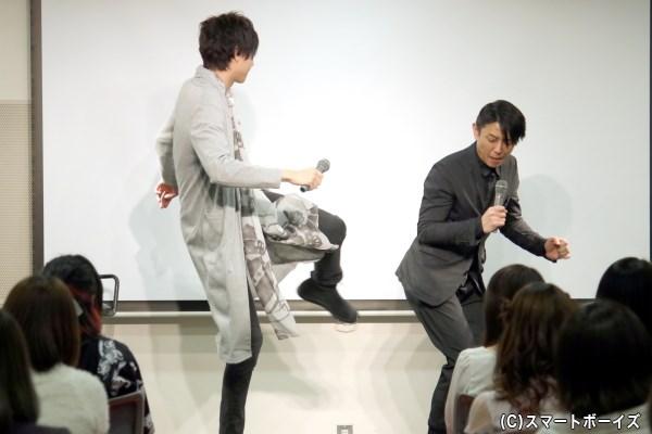 サッカー部で活躍していたと話し、黒川さんのお尻に(本気の3割の力で)キックの実演も!