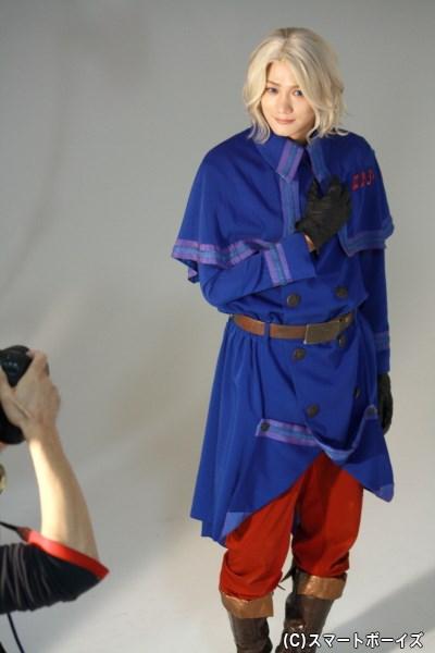 抜群のスタイルで、青と赤が鮮やかな軍服を着こなしていました