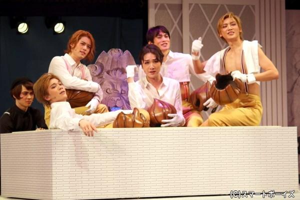 (手前左から)タマネギ部隊を演じる蒼木陣さん、石田隼さん、細貝圭さん、吉本恒生さん、金井成大さん
