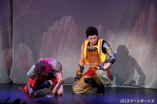 徳川家康(右・中尾拳也さん)が、島左近(左・斉藤秀翼さん)からある報告を受けるところから物語は始まる……。