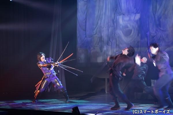 """政宗の""""六爪流""""が魅力のひとつの殺陣シーン。武将たちそれぞれの個性的な剣技も要チェックです!"""