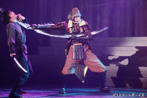独得の雰囲気をまとった後藤又兵衛(汐崎アイルさん)は、容赦なく敵を斬り倒す!