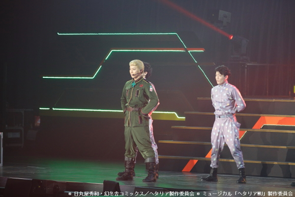 (写真左)ドイツ役の上田悠介さん