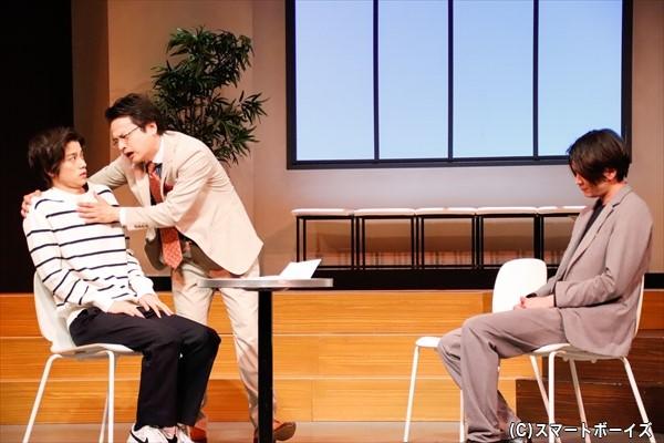 阿久津(左・高橋さん)が、実業家を名乗る沖田(右・相馬さん)とその部下(真ん中・藍原直樹さん)に、高額な教材を売りけられる。