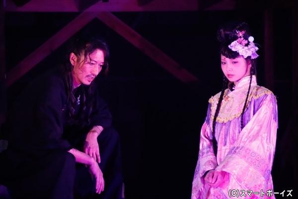 長州のもとで暗躍する坂本龍馬(左・萩野さん)は、ある人物(右・大野未来さん)を蘇らせて……