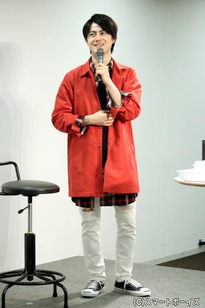 第2部では赤ジャケット×白パンツのファッションで登場
