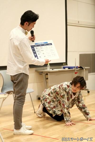 反復横跳びを終えると体力の限界! 思わず倒れ込む高橋さん