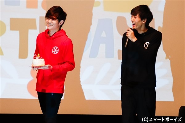 ケーキとプレゼント手に川隅美慎さんがお祝いに駆けつけました!