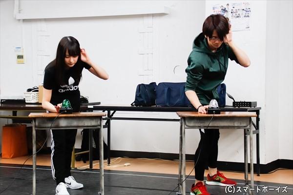 鈴木絢音さん、横井翔二郎さんが演じるのは、深見真理&誠司の兄妹。原作でも描かれる集中ポーズ!
