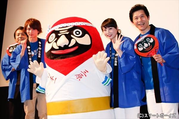 (左より)大森研一監督、佐藤永典さん、やっさだるマン、須藤茉麻さん、宮川一朗太さん