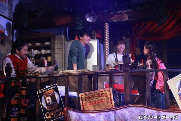 まっ透明な世界からやってきたキノコは、元教師の夫婦が営むカフェで働くことに