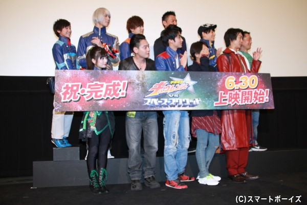 おまけショット② フォトセッションにて、つま先立ちをしながら撮影に臨む田口さん(一番左)