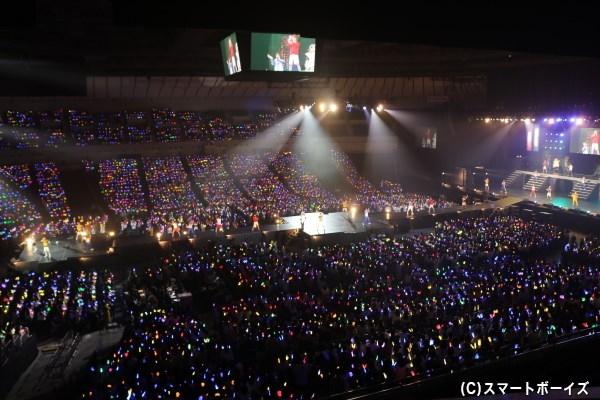 客席ではペンライトの輝きが、横浜アリーナいっぱいに波打ちます