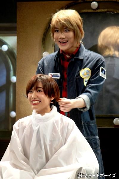 戸川と美堂の対決から2年半後、美容師となった新田は他店で修行の日々を送っていた