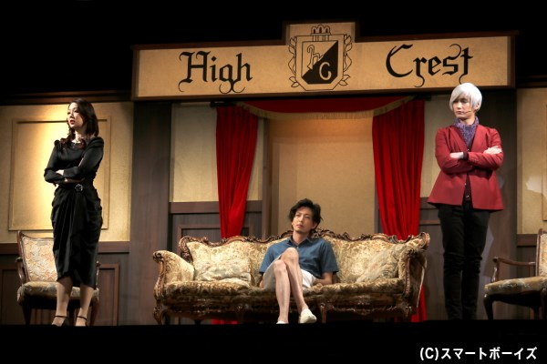 取引先社長の一葉蘭(左端・蒼乃夕妃さん)、オーナーの白波、店長の真季エミリアン(右端・井深克彦さん)は、戸川と美堂が競うコンテストを企画