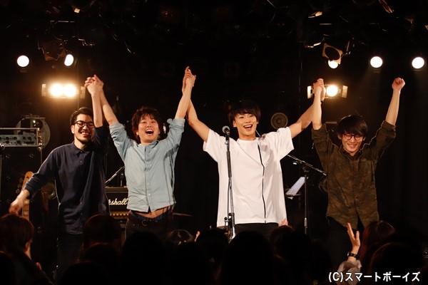 ありがとうございました!」とファンへ感謝を送る内海さん&バンドメンバー