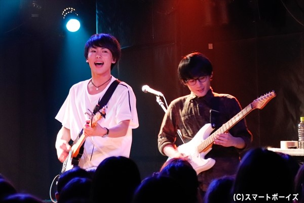 バンドメンバー(右・ギター担当のフクイ トモキさん)とともにエネルギッシュに歌い切ります!