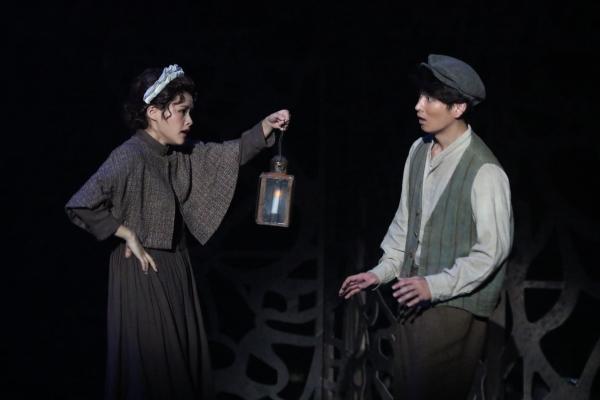 屋敷の使用人・マーサ(左・昆夏美さん)と、その弟・ディコン(右・松田凌さん)